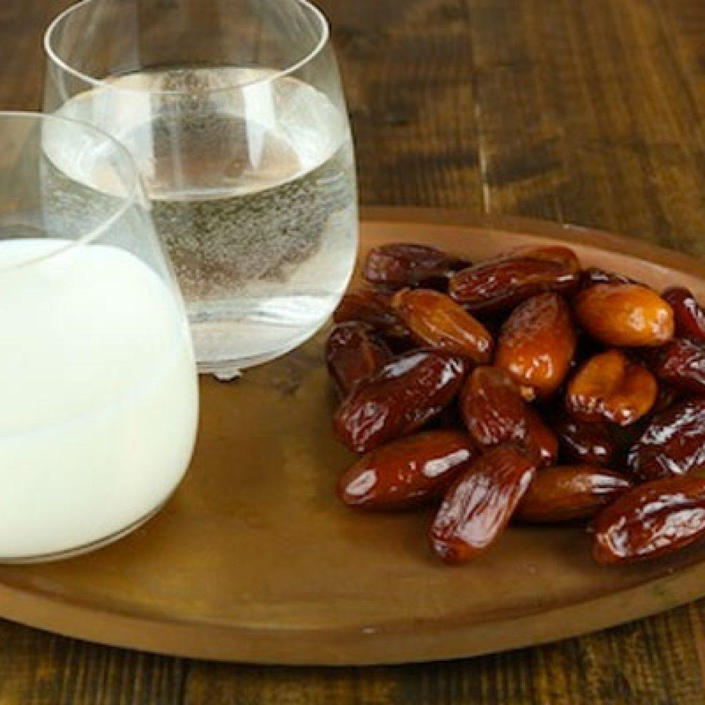 خرما با شیر یا آب ولرم